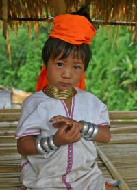 """Karen Padaung Girl Portrait"" od Diliff – picture taken by author. Licencováno pod CC BY 2.5 via Wikime"